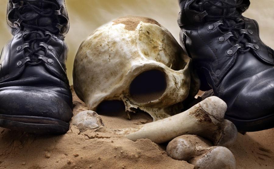 Buty żołnierza i czaszka