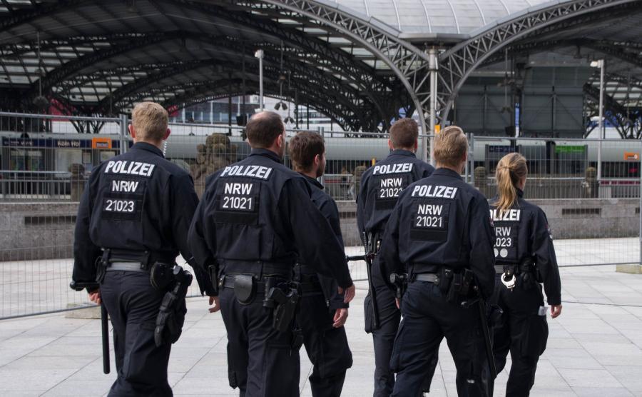 Niemieccy policjanci patrolują okolice dworca kolejowego w Kolonii