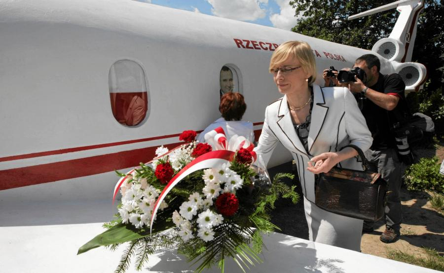 Beata Gosiewska składa kwiaty na pomniku upamiętniającym ofiary katastrofy smoleńskiej