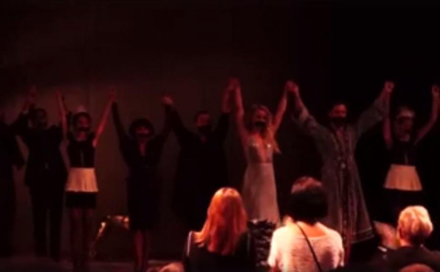 Aktorzy po spektaklu z zaklejonymi ustami