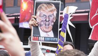 Donald Trump na plakacie trzymanym przez przeciwników jego prezydentury
