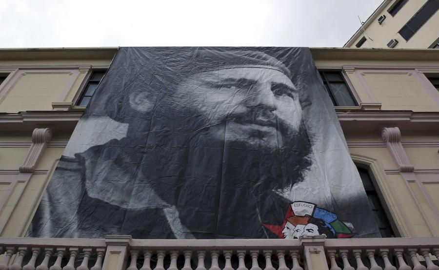 Plakat z młodym Fidelem Castro na budynku w Hawanie