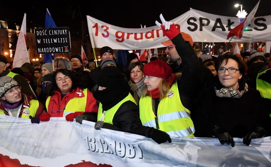 """Była premier Ewa Kopacz na czele marszu Komitetu Obrony Demokracji """"Stop Dewastacji Polski!"""""""