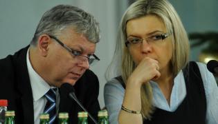 Członkowie komisji, poseł PiS Marek Suski (L) i przewodnicząca posłanka PiS Małgorzata Wassermann