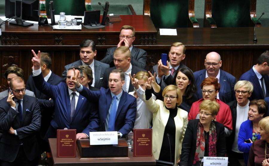 Politycy PO w sali posiedzeń