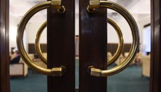 Zamknięte przejście prowadzące na salę plenarną w Sejmie