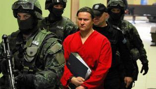 Ryszard Bogucki w drodze na salę sądową