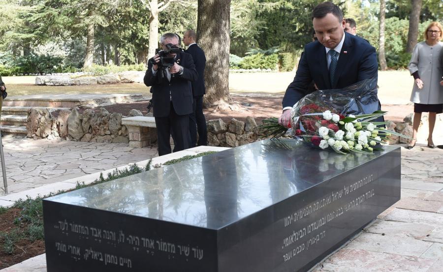 Andrzej Duda składa kwiaty na grobie Szymona Peresa