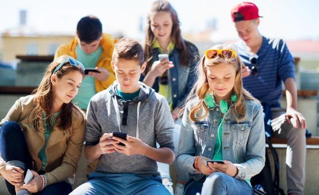 1. Korzystanie ze smartfona w pozycji siedzącej sprzyja kłopotom z kręgosłupem