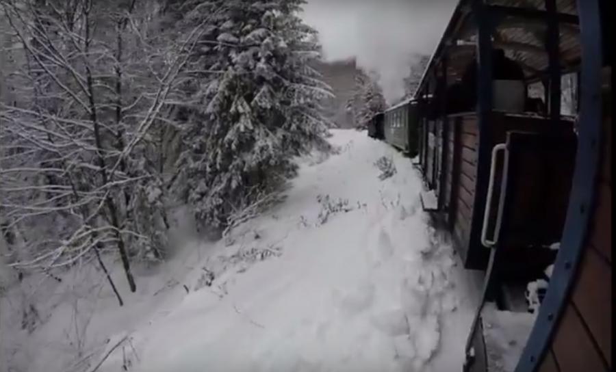 Tak wygada okien kolejki podróż zaśnieżonymi Bieszczadami