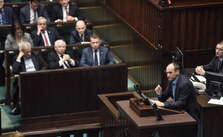 Paweł Kukiz przemawia w Sejmie. Jarosław Kaczyński przysłuchuje się przemówieniu