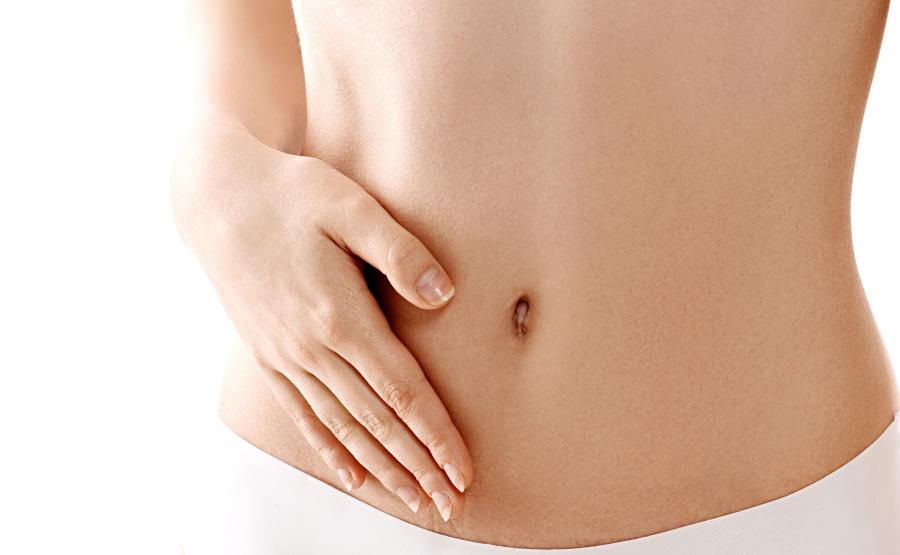 Kobieta dotyka swój brzuch