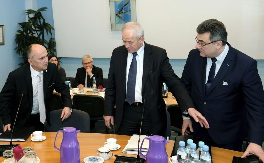 Minister energii Krzysztof Tchórzewski (C), sekretarz stanu w ME, pełnomocnik rządu ds. restrukturyzacji górnictwa węgla kamiennego Grzegorz Tobiszowski (P) i prezes KHW Tomasz Cudny (L)