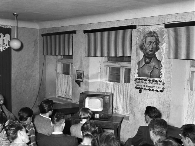 Wspólne oglądanie w zakładowej świetlicy, 1957. Telewizor w prywatnym mieszkaniu długo był nieosiągalnym dla większości luksusem