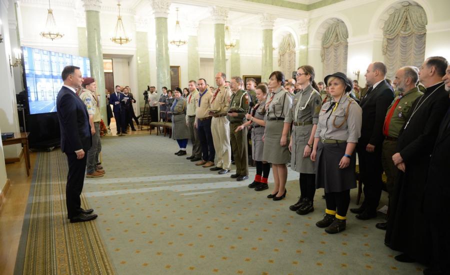 Prezydent Andrzej Duda (L) uczestniczy w spotkaniu z harcerzami z okazji Dnia Myśli Braterskiej