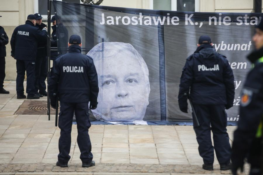Transparent Obywateli RP, protestujących przeciwko obchodom miesięcznicy smoleńskiej, na przeciwko Pałacu Prezydenckiego w Warszawie